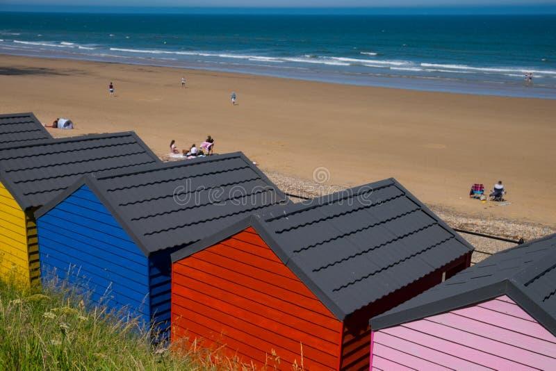 Kolorowe schroniska plażowe w Saltburn nad Morzem, North Yorkshire zdjęcie stock