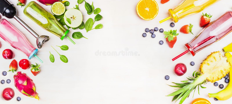 Kolorowe Smoothie butelki z świeżymi składnikami i blender na białym drewnianym tle, odgórny widok, sztandar zdjęcia stock