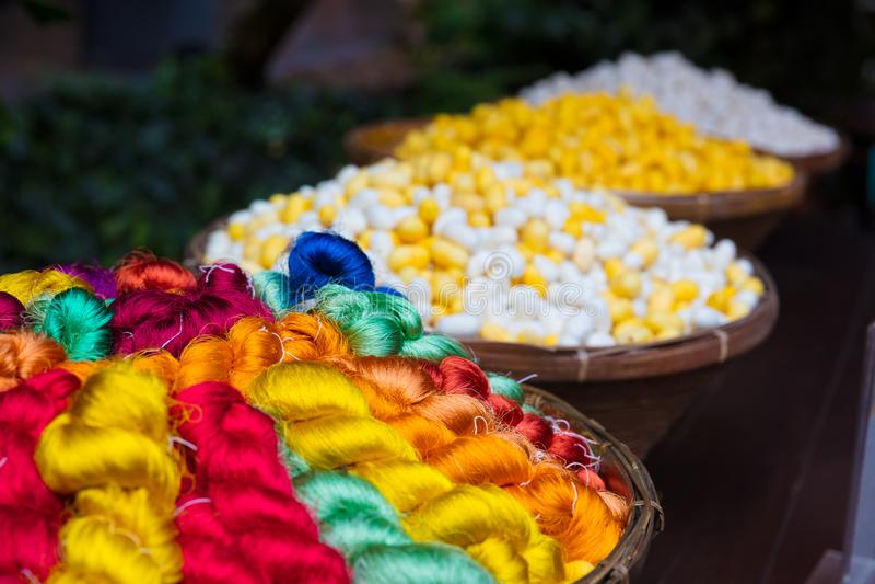 Kolorowe Tajlandzkie Jedwabnicze nici I kokony W koszach obrazy royalty free