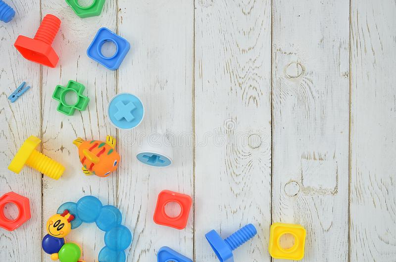 Kolorowe zabawki i budynku zestawu rama na białym drewnianym tle mieszkanie k?a?? z kopii przestrzeni? dla tw?j teksta fotografia royalty free