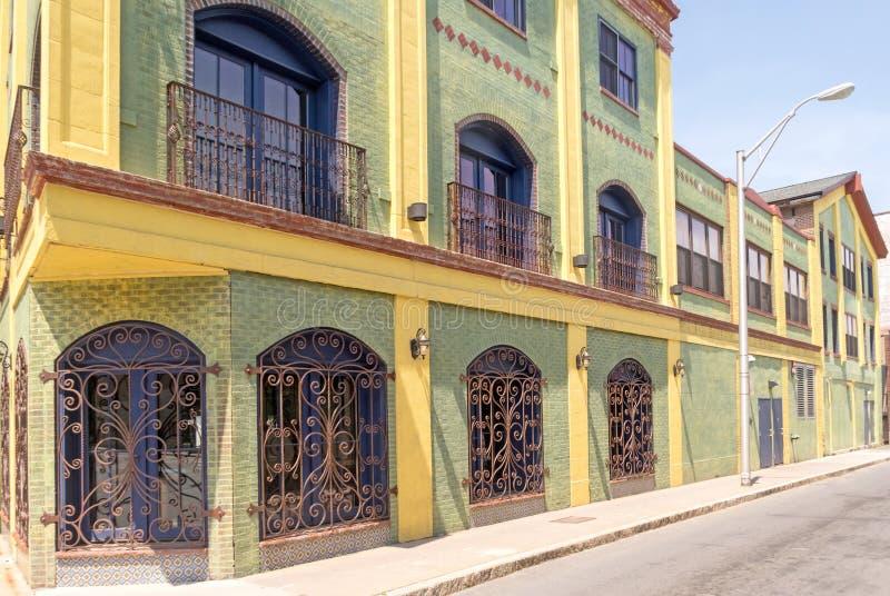 Kolorowego żółtego budynku boczni i balkonowi okno z poręczówkami obraz stock