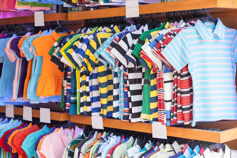 Kolorowego dzieciaka koszulowy obwieszenie w sklepie fotografia royalty free