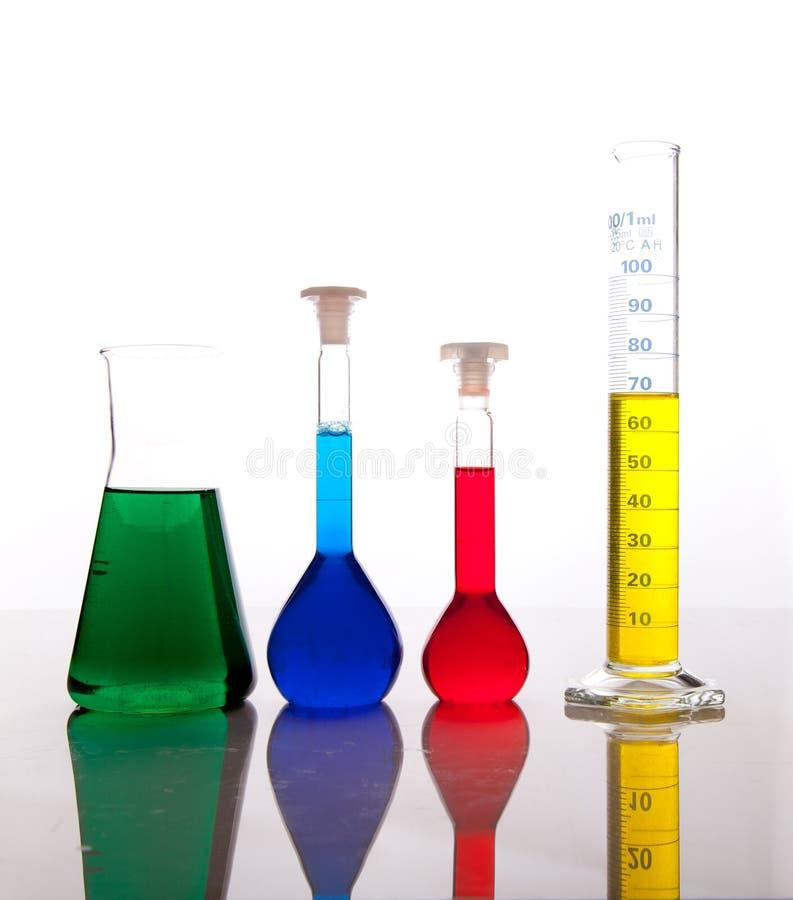 kolorowego fluidów glassware odosobniony labolatory obrazy stock