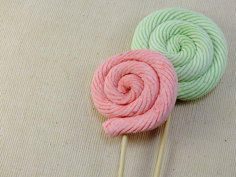 Kolorowego mashmellow słodki cukierek z astronautycznym tłem fotografia royalty free