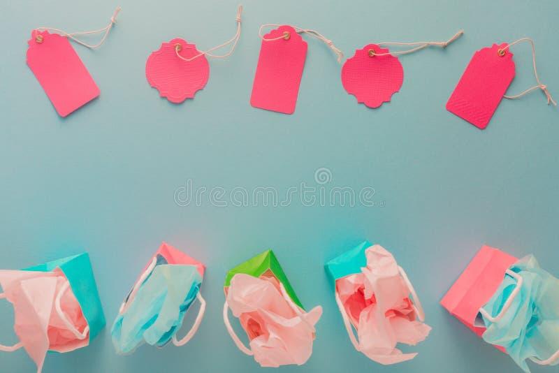 Kolorowego prezenta papierowe torby i menchii etykietki na błękitnym tle z c obraz royalty free