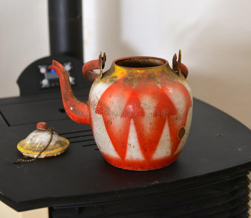 kolorowego rocznika brudny i zakurzony teapot na piekarniku fotografia royalty free