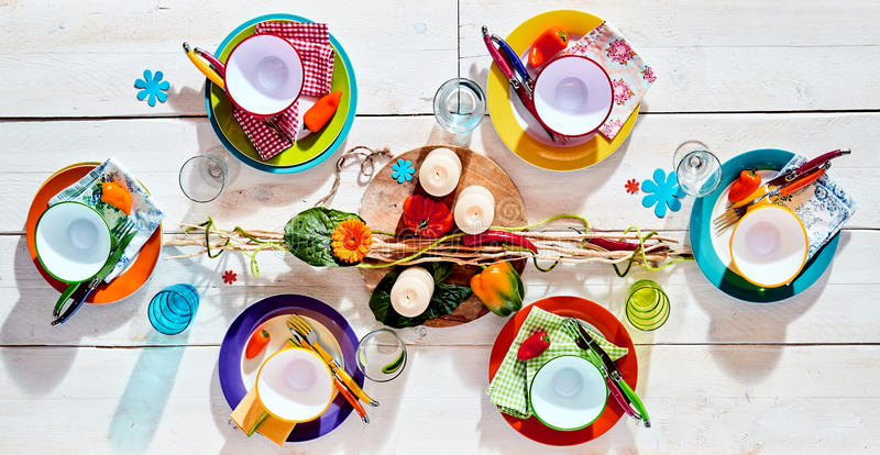 Kolorowego tropikalnego lata pykniczny stół zdjęcia royalty free