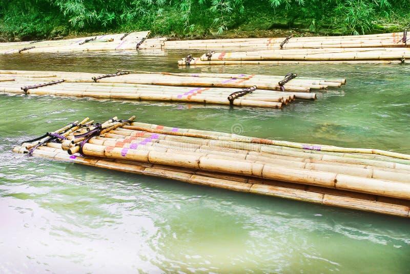 Kolorowej bambusowej tratwy spławowa grupa w rzece, podróż z natury tłem zdjęcie royalty free