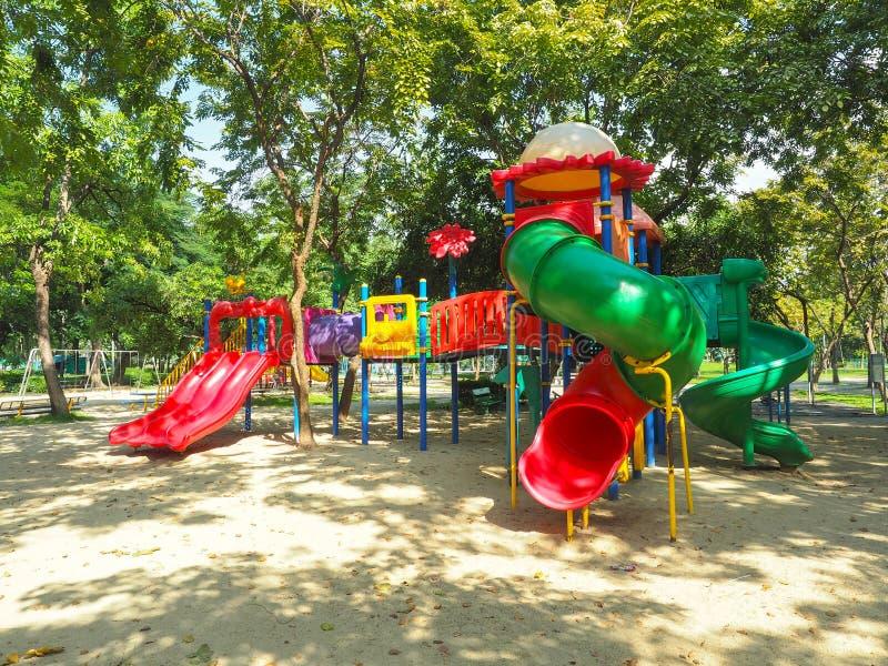 Kolorowej boisko zabawy dnia lodu radości dzieciaka dziecka parka sztuki obruszenia zieleni miejsca koloru czerwonej ustalonej zi zdjęcia stock