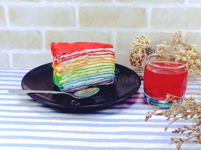 Kolorowej tęczy tortowy i owocowy sok obrazy stock