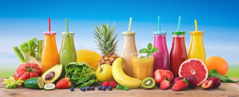 Kolorowi świeżo gniosący owoc i warzywo smoothies z składnikami dla zdrowego łasowania obrazy royalty free