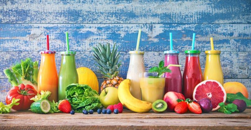 Kolorowi świeżo gniosący owoc i warzywo smoothies z składnikami dla zdrowego łasowania fotografia royalty free