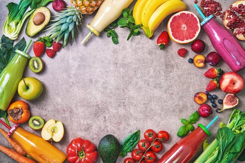 Kolorowi świeżo gniosący owoc i warzywo smoothies z składnikami dla zdrowego łasowania obraz stock