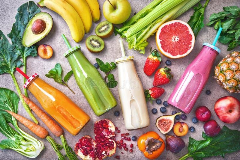 Kolorowi świeżo gniosący owoc i warzywo smoothies z składnikami dla zdrowego łasowania zdjęcie royalty free