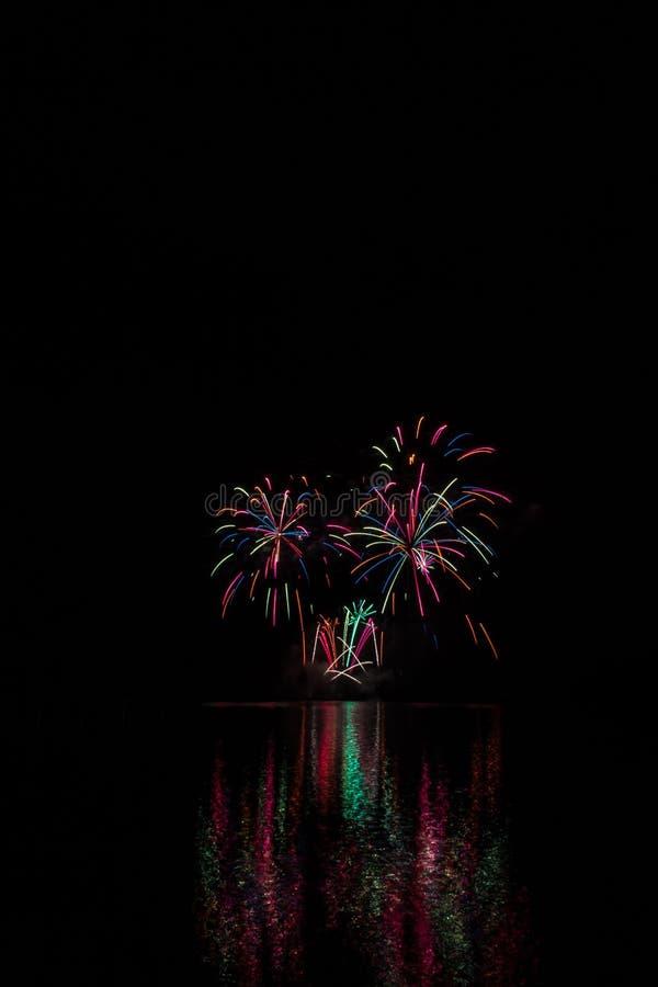 Kolorowi śladów fajerwerki nad Brno tamą z jeziornym odbiciem fotografia royalty free