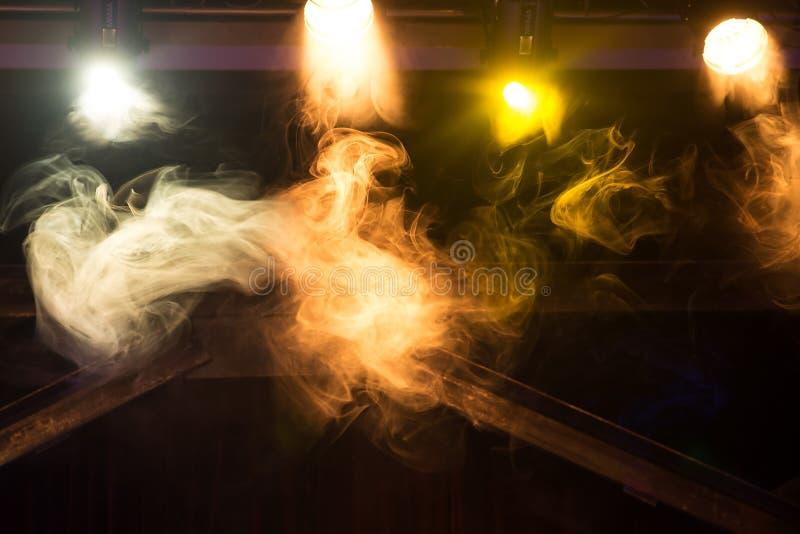 Kolorowi światła z dymem w klubie, koncert wyposażenie obrazy royalty free