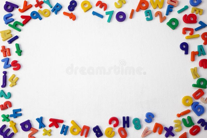 Kolorowi Abecadłowi listy i liczby na Białym tle obrazy stock