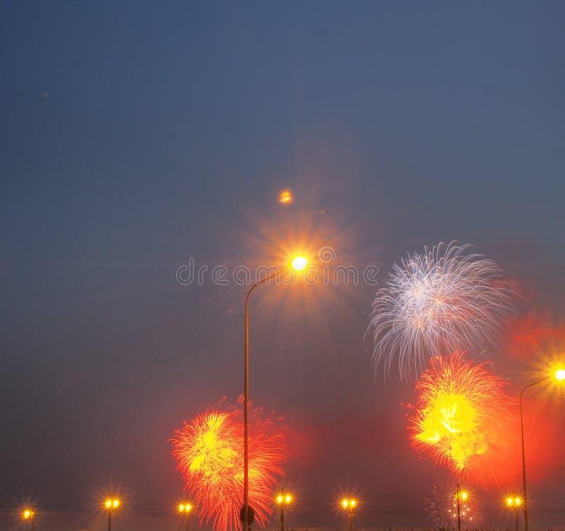 Kolorowi b?yski fajerwerki w nocnym niebie fajerwerki zdjęcie royalty free