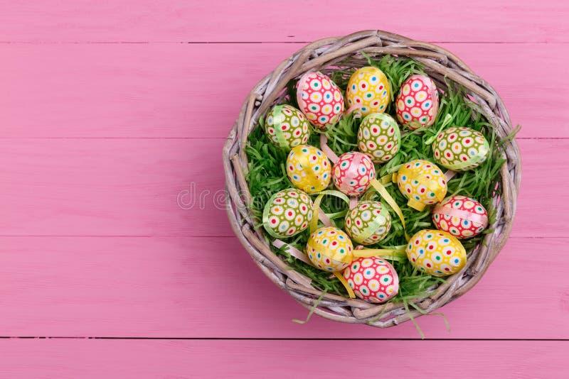 Kolorowi błyszczący Wielkanocni jajka Ręki malujący Wielkanocni jajka na koszu zdjęcie royalty free