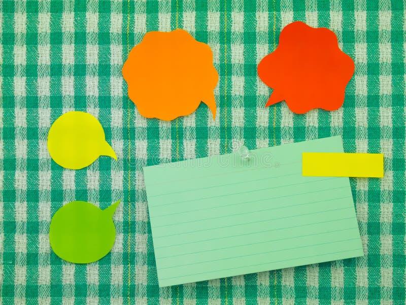 Kolorowi balony i notatki (Zielony tkaniny tło) zdjęcia stock