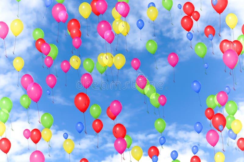 Kolorowi balony lata w niebieskim niebie z białymi chmurami, kolor czerwień, kolor żółty, zieleń, menchia, błękit, partyjny świąt obrazy stock