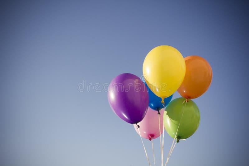 Kolorowi balony przeciw niebu obraz royalty free