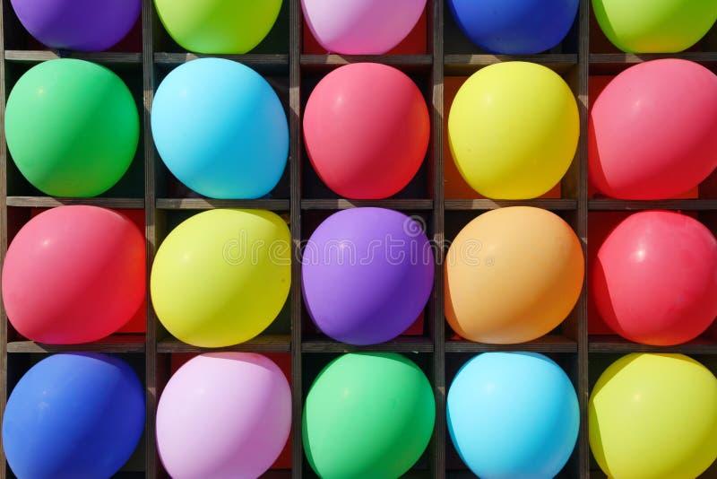 Kolorowi balony w sekcjach drewniana skrzynka, jednostka - bawić się zabaw strzałki przy children partyjni zdjęcie royalty free