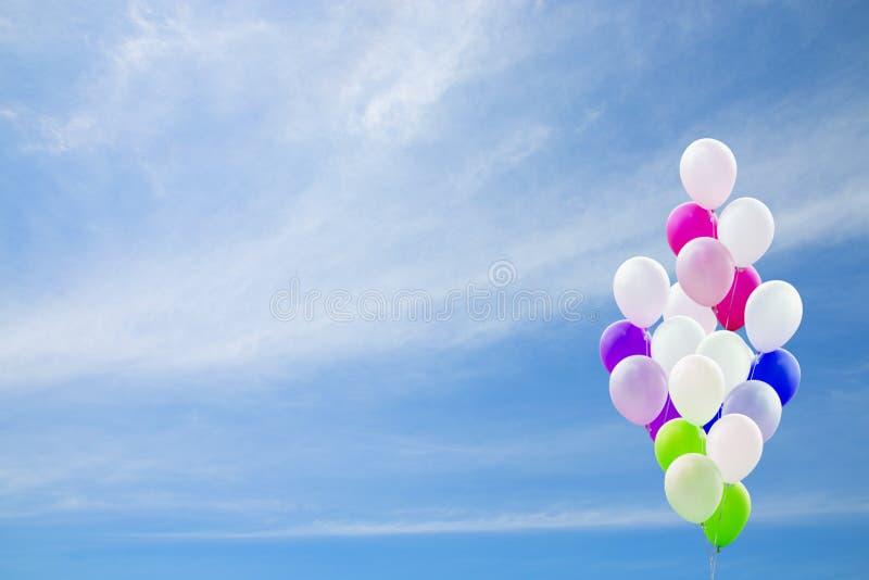 Kolorowi balony z niebieskiego nieba tłem ilustracji