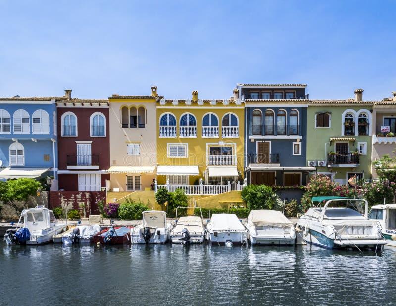 Kolorowi budynki blisko morza z łodziami parkować w przodzie fotografia royalty free