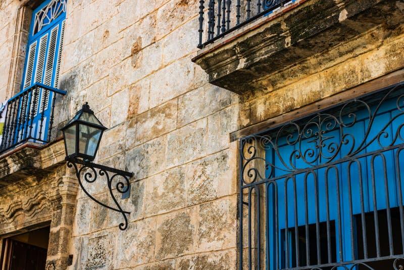 Kolorowi budynki i historyczna kolonialna architektura w w centrum Hawańskim, Kuba obraz stock