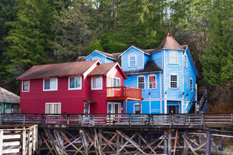 Kolorowi budynki na stilts nad wodą obraz stock