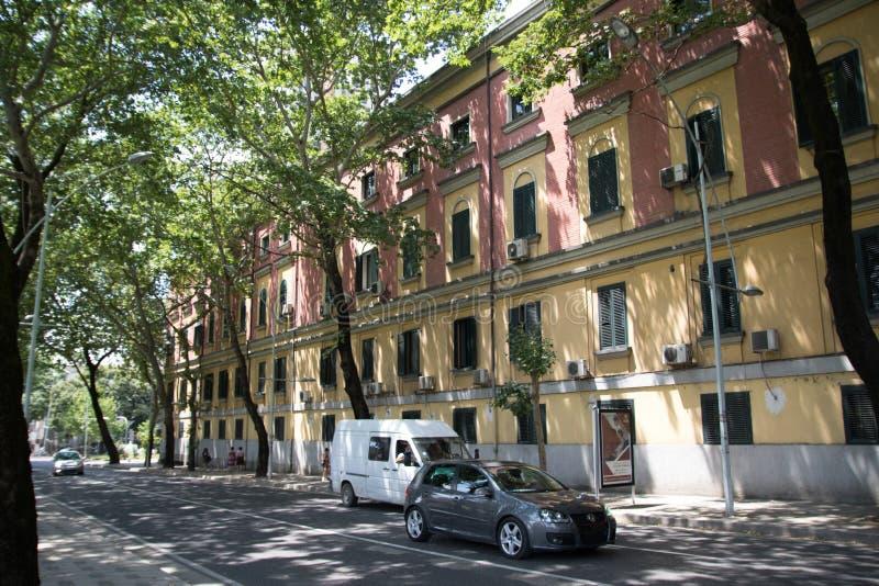 Kolorowi budynki w Tirana jako Khrushchevka w USSR, Tirana, Albania, Czerwiec 2018 obrazy stock
