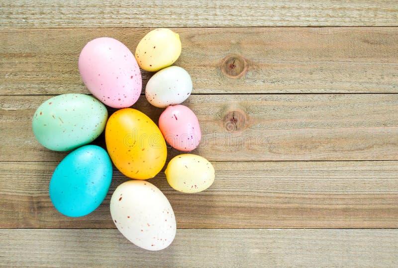 Kolorowi cętkowani Wielkanocni jajka na drewnianym tle zdjęcie royalty free
