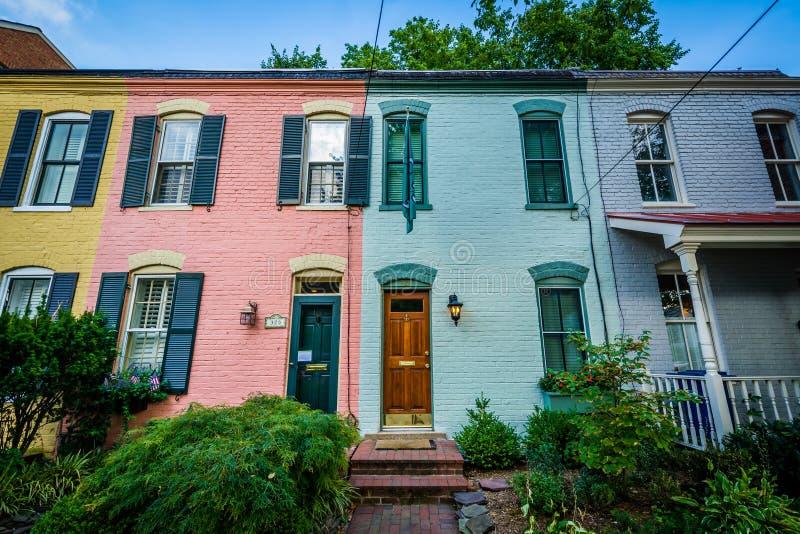 Kolorowi ceglani rzędów domy w Starym miasteczku, Aleksandria, Virginia obraz stock