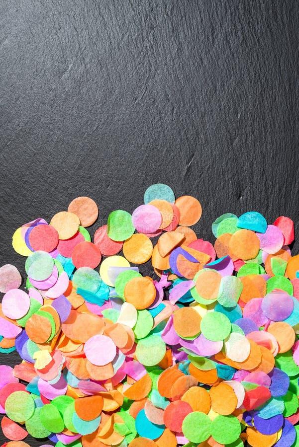 Kolorowi confetti na czarnym iłołupku jako szablon dla świętowania fotografia stock