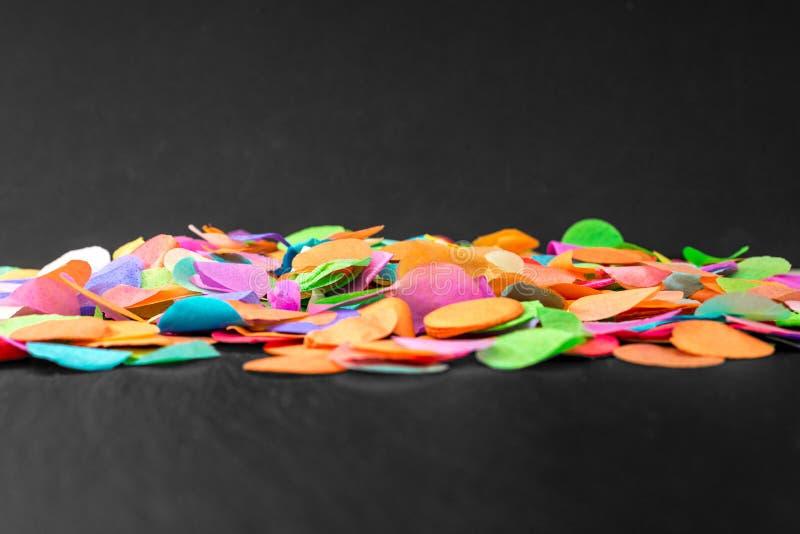 Kolorowi confetti na czarnym iłołupku jako szablon dla świętowania zdjęcia stock