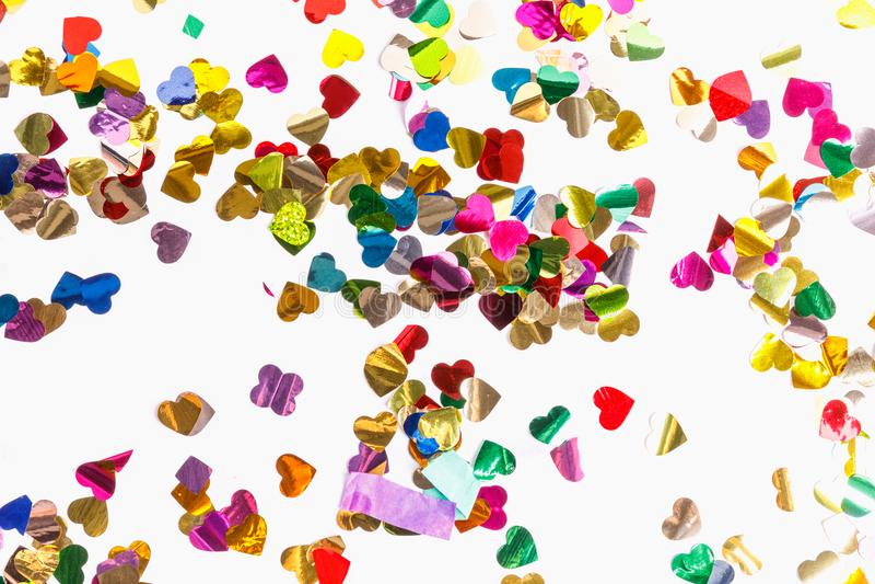 Kolorowi confetti w formie serca odizolowywającego na białym tle zdjęcia royalty free