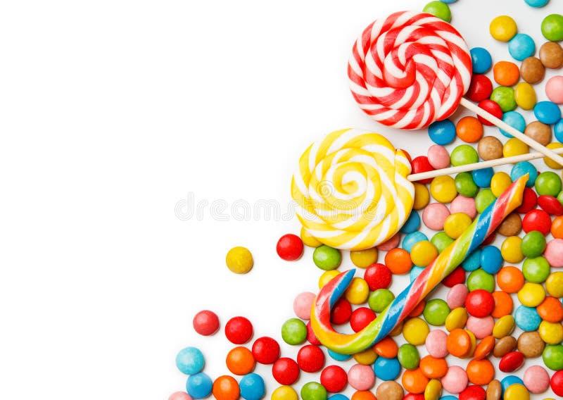 Kolorowi cukierki i lizaki na białym tle obraz stock