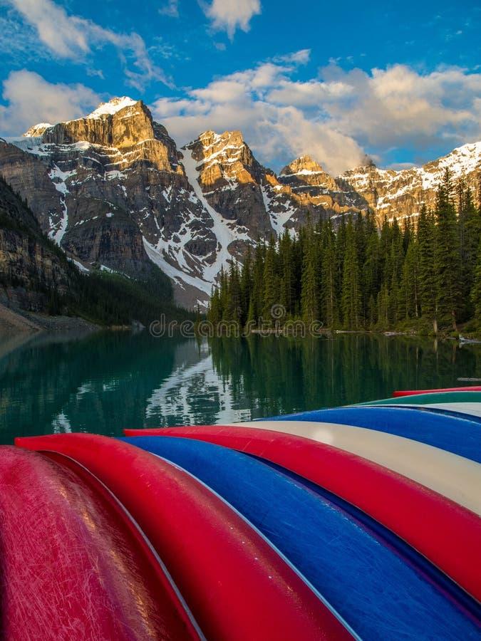Kolorowi czółna przy Morena jeziorem, Banff park narodowy przy wschodem słońca obrazy royalty free