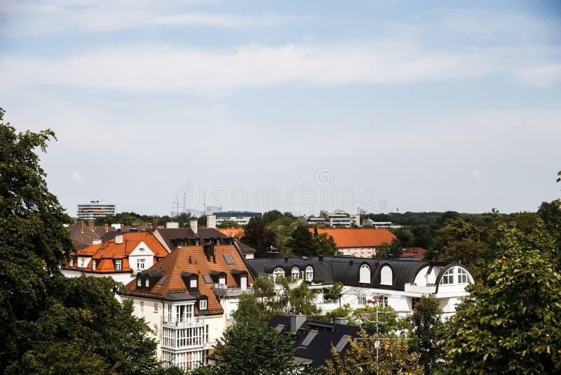 Kolorowi dachy mały okręg w przedmieściach Nowożytna budynek budowa daleko w tle fotografia royalty free