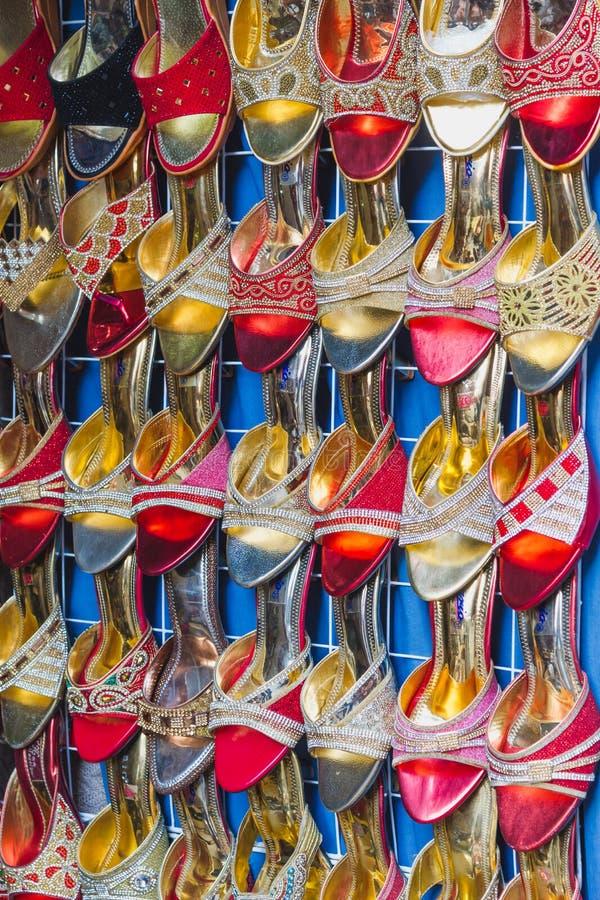 Kolorowi damy obuwia sandały dla sprzedaży w rynku, obuwie zdjęcie stock