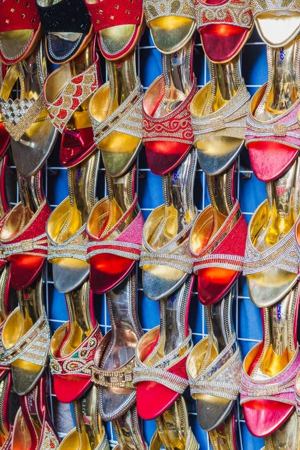 Kolorowi damy obuwia sandały dla sprzedaży w rynku, obuwie zdjęcie royalty free