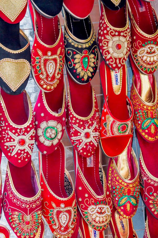 Kolorowi damy obuwia sandały dla sprzedaży w rynku, obuwie obraz royalty free