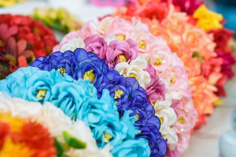 Kolorowi dekoracyjni sztucznego kwiatu wianki obrazy royalty free