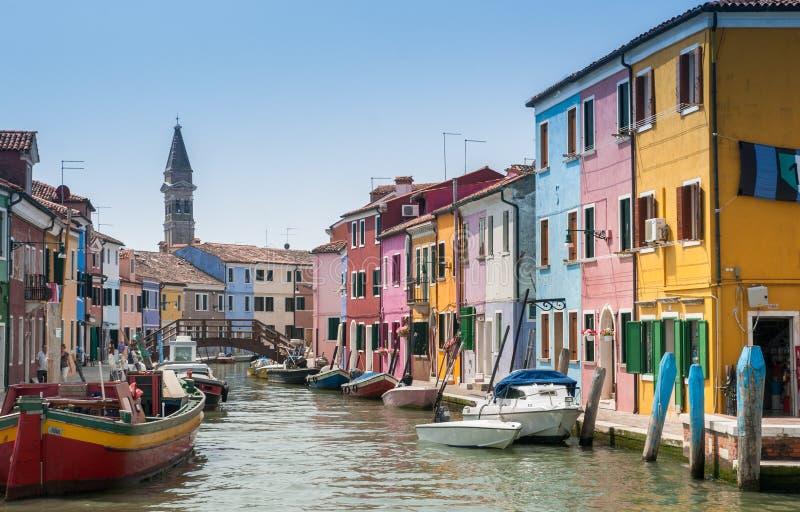 Kolorowi domy i łodzie przy Burano wyspy kanałem obrazy stock