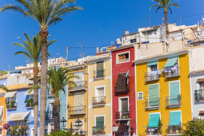 Kolorowi domy i drzewka palmowe w Villajoyosa fotografia stock