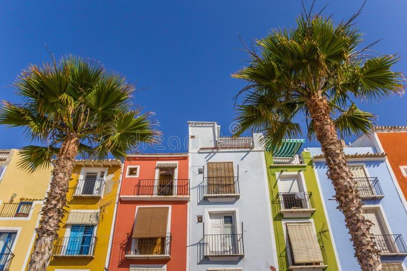 Kolorowi domy i drzewka palmowe w Villajoyosa obraz stock