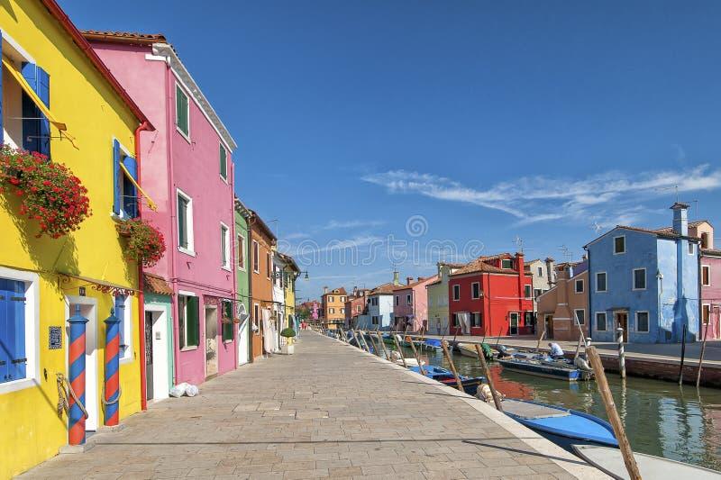 Kolorowi domy i kanał na Burano wyspie blisko Wenecja, Włochy obrazy royalty free