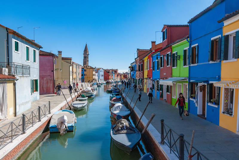 Kolorowi domy i kanał na Burano wyspie, Wenecja, Włochy obraz royalty free