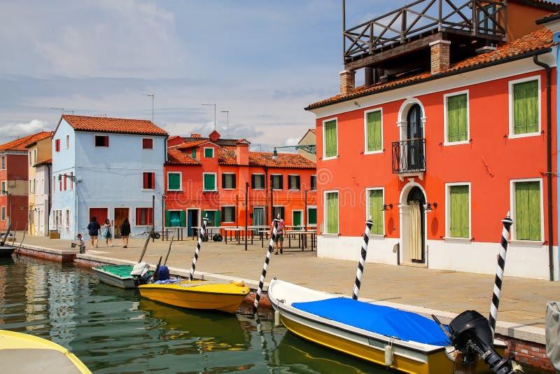 Kolorowi domy kanałem w Burano, Wenecja, Włochy zdjęcia stock